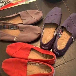 (3) pair of women's Toms